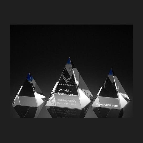 Pirámide de cristal con grabado láser 3D personalizado en el interior