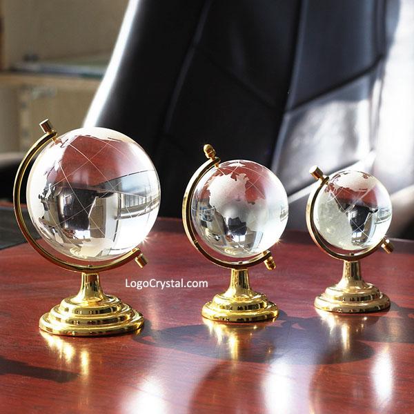 Globo di cristallo con colore dorato metallo in piedi sul tavolo, un regalo aziendale perfetto per gli affari.