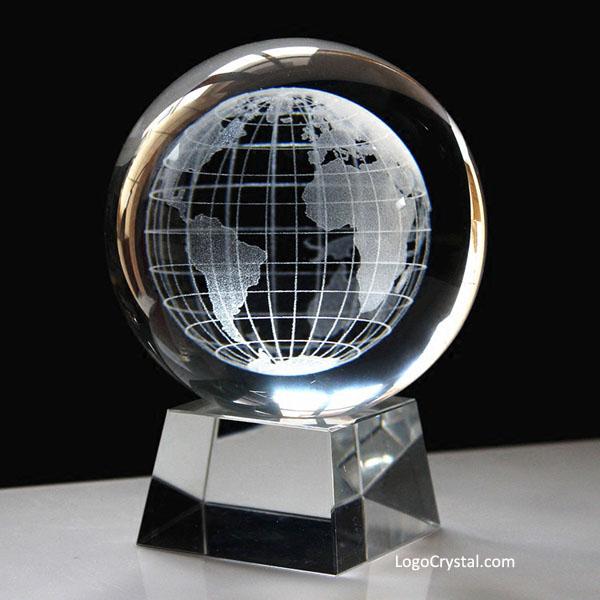 Globo del mondo in cristallo con incisione laser 3D con testo e logo incisi all'interno della base